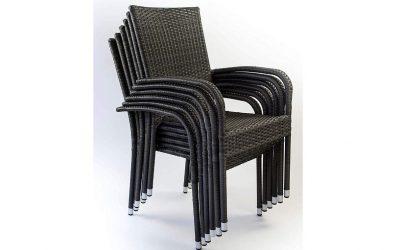 Sedia impilabile in rattan grigio con braccioli da esterno